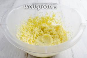 Масло мягкое, комнатной температуры, взбить с сахаром.