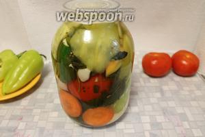 Залить овощи и укупорить стерильной крышкой (капроновой с бортиками), остывая, она плотно втянется внутрь банки, обеспечивая стерильность.