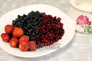 Для варенья взять ягоды и сахар.
