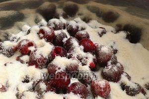 Поместим её в большую кастрюлю, добавим водку и сахар. Перемешаем аккуратно, чтобы не сильно повредить ягоды. Закроем крышкой и оставим так на 2 часа.