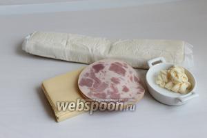 Такие возьмём продукты: сыр, тесто в рулоне, ветчину, майонез.