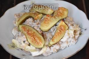 Кашу выложить на тарелку, сверху разложить инжир и полить сиропом от инжира. Подавать сразу же! Приятного аппетита!:))
