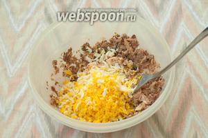 Добавить плавленый сырок и также размять его вилкой. Натереть на тёрке яйцо и соединить его с сайрой и сыром.