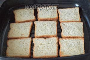 Подсушить хлеб на сковороде без масла. Я использовала сковороду-гриль. Подсушивать можно с 2 сторон, но мне нравится с одной.