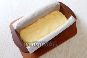 Форму для выпечки кекса застилаем бумагой, я использовала форму 24x10 см. Выкладываем тесто.
