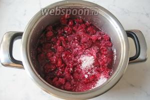 Дать постоять варенью без косточки 30 минут, пока сахар начнёт растворяться в вишнёвом соке.
