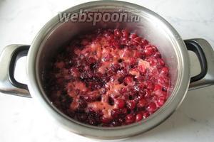 Поставить кастрюлю с вишней без косточки на плиту. Довести до кипения, аккуратно перемешивая, и  особенно размешивая сахар на дне кастрюли. Сделать огонь минимальным. Проварить 15-20 минут и выключить.