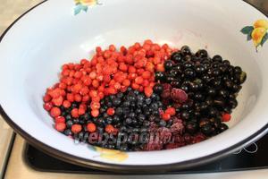В тазик всыпать ягоды.