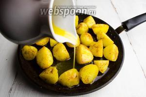 Разогреть сковороду с маслом. Быстро обжарить на сильном огне картофель со всех сторон до румяности. Полить картофель медово-масляной смесью (2 ст.л. топленого масла и 1 ч.л. мёда). Осторожно перемешать картофель, в течение 2 минут ещё подержать на огне.