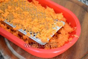 Морковь натереть на мелкой тёрке.