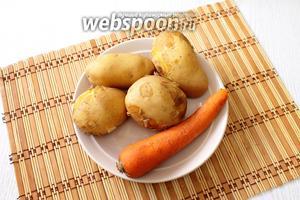 Отвариваем в мундире, до готовности, картофель и морковь. Остужаем.