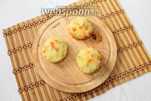 Из полученной картофельно-овощной массы лепим котлеты.