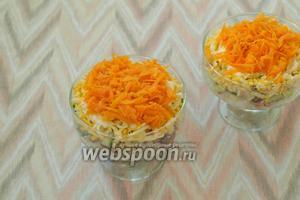 Варёную морковь почистить и натереть на тёрке. Выложить её последним слоем, немного посолить. Украсить салат по своему вкусу. Подавать лучше через 1-2 часа, чтоб он немного пропитался. Приятного аппетита!