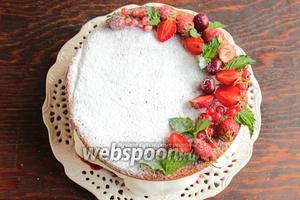 Украсить ягодами и мятой в виде «полувенка». И срочно собираться за столом, это тот случай, когда торту не надо стоять в холодильнике!:))