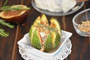 Инжир, запечённый с сыром Горгонзола и кедровыми орехами