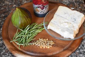 Для приготовления инжира с сыром Горгонзола и кедровыми орехами нам понадобится инжир, сыр  Горгонзола, кедровые орехи, розмарин и бальзамический крем-соус.