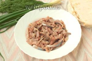 Селёдку следует разобрать на филе, удалить по возможности все косточки. Нарезать селёдку тонкими пластинками.