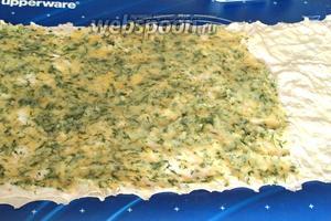 Накрыть вторым листом лаваша и смазать его картофельным пюре на 2/3 длины. Пюре лучше наносить тёплым, тогда оно хорошо размажется по листу лаваша.  Оставшуюся свободную часть лаваша смазать плавленым сыром.