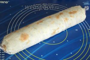 Обмотать его пищевой плёнкой и на 2 часа убрать в холодильник. Перед самой подачей нарезать лаваш кусочками толщиной 1-1,5 см. Приятного аппетита!