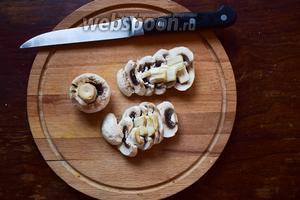 Первым делом моем и чистим грибы. Затем режем их пластинками.