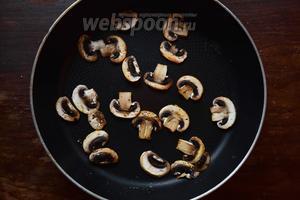 Смажем сковороду каплей масла и пожарим на сильном огне наши грибы, посолив и поперчив их. Оставим остужаться.