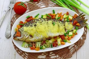 Карась с овощами под сырной корочкой