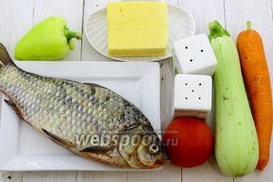 Для приготовления возьмите такие продукты: карася, кабачок, перец сладкий, морковь, сыр твёрдый, соль, перец молотый, помидор, масло подсолнечное.