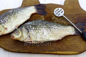 Очистите рыбу от чешуи, обрежьте плавники, удалите внутренности. Хорошо промойте под проточной водой.
