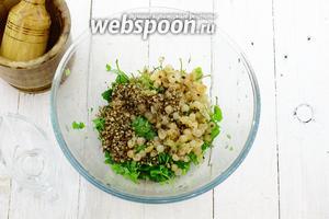 Добавьте измельчённые в ступке семена кориандра и смесь перцев. Налейте подсолнечное масло. Перемешайте.