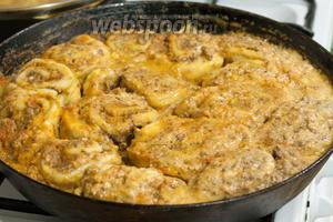 Вместо табаско вы можете добавить любые другие специи, по вкусу. На Кубани в этом отношении часто присутствует кавказская традиция. Поэтому в соусе может быть сухая аджика или же кориандр, чеснок и острый красный перец. Наши штрумбы кубанские готовы! Подаём их на подушке из ассорти зелени (шпинат, кресс-салат), подгарнировав свежим хрустящим редисом прямо с грядки. Приятных гастрономических впечатлений!