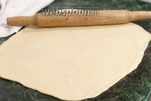 Раскатаем вареничное тесто в форме прямоугольника.