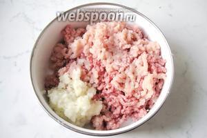 Лук репчатый (1 штуку) и чеснок (2 зубчика) почистить и помыть. Пропустить через мясорубку с куриным филе (250 грамм) и говяжьим фаршем (250 грамм). Кстати, в мясном магазине можно попросить, чтобы Вам перекрутили и сделали фарш из купленного мяса, учтите, часто они просят покупать не менее 1 кг.
