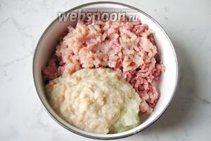 Батон (70 грамм) замочить в холодной воде и отжать. Также перемолоть через мясорубку и добавить к мясу, луку и чесноку.