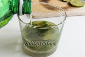 Добавим 1 или 2 всплеска минеральной воды в уже перелитый в стеклянные стаканы коктейль.