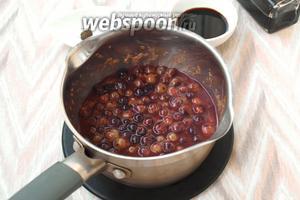 Ягоды проварить 7-8 минут, они постепенно лопнут и дадут сок.