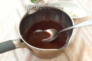 В протёртую массу добавить бальзамик, соевый соус и чёрный перец. Всыпать сахар. Массу поставить на огонь, довести до кипения и мешать, пока сахар растворится.