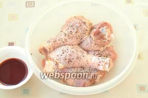 Куриные голени хорошо зачистить, удалить волоски, вымыть и обсушить бумажными полотенцами, натереть солью и перечной смесью.