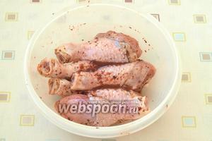 Влить 4-5 столовых ложек соуса из йошты, хорошо перемешать, чтоб соус равномерно покрыл все голени. Ёмкость накрыть крышкой и убрать в холодильник минимум на 2 часа.