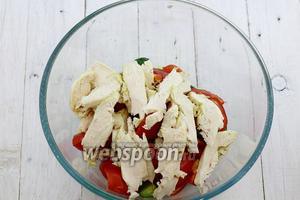 Приготовленное куриное филе нарежьте пластинками и добавьте к остальным ингредиентам.