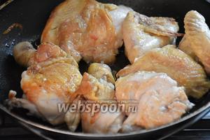 Курицу нарезать крупными кусками. В сковороде разогреть 2 ст. л. оливкового масла и обжарить курицу  на сильном огне, 4-5 минут до золотистого цвета.