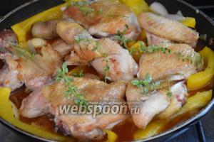 Выложить курицу, добавить листочки тимьяна, накрыть крышкой и готовить на слабом огне 30 минут.
