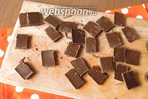 Ломаем плитку шоколада на кусочки. Если есть капли шоколадные, всё упрощается.