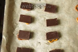 Выкладываем шоколад на хрустики.