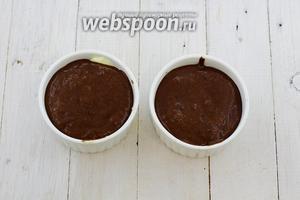 Распределите шоколадную массу по всем формочках. Их у меня получилось 4. Отправьте в горячую духовку (180-190°С) на 12-15 минут. Вверх должен схватиться корочкой, а серединка будет жидкой.