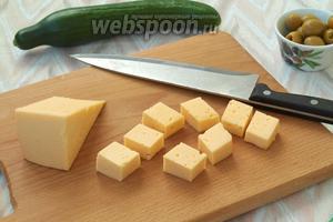 Твёрдый сыр нарезать кубиками крупного размера.
