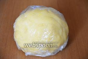 Сформировать из теста шар, завернуть в пищевую плёнку и отправить в холодильник на 30 минут.