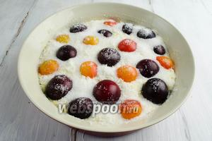 Выложить по тесту хаотично разноцветные плоды, немного вдавливая их. Сверху посыпать сахаром. Поставить в горячую духовку. Выпекать при температуре 180°C  в течение 50-60 минут.