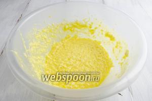 Яйца, сахар, соль и мягкое масло взбить блендером.