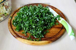 Зелёный лук (только перья) нарезать мелко.