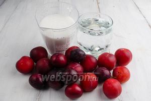 Чтобы приготовить компот, нужно взять алычу, воду и сахар.
